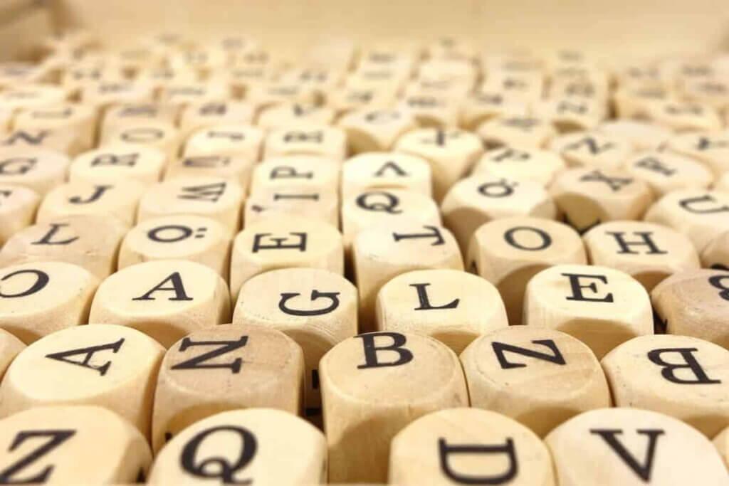 Dadi con le lettere dell'alfabeto.