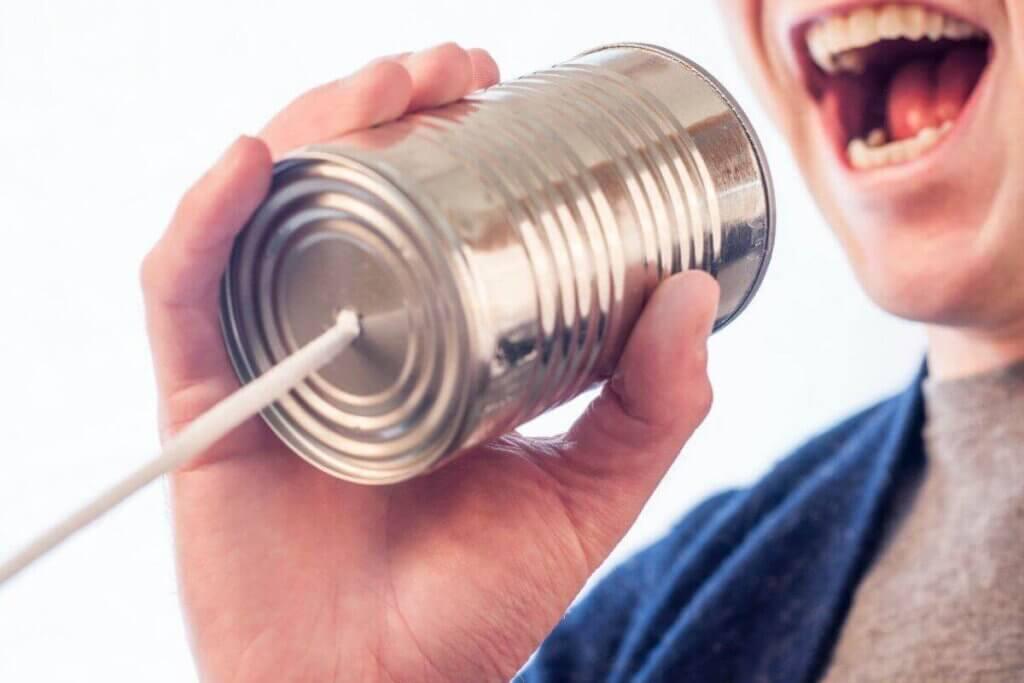 """Bocca accanto a una lattina, modificata per creare l'effetto """"telefono""""."""