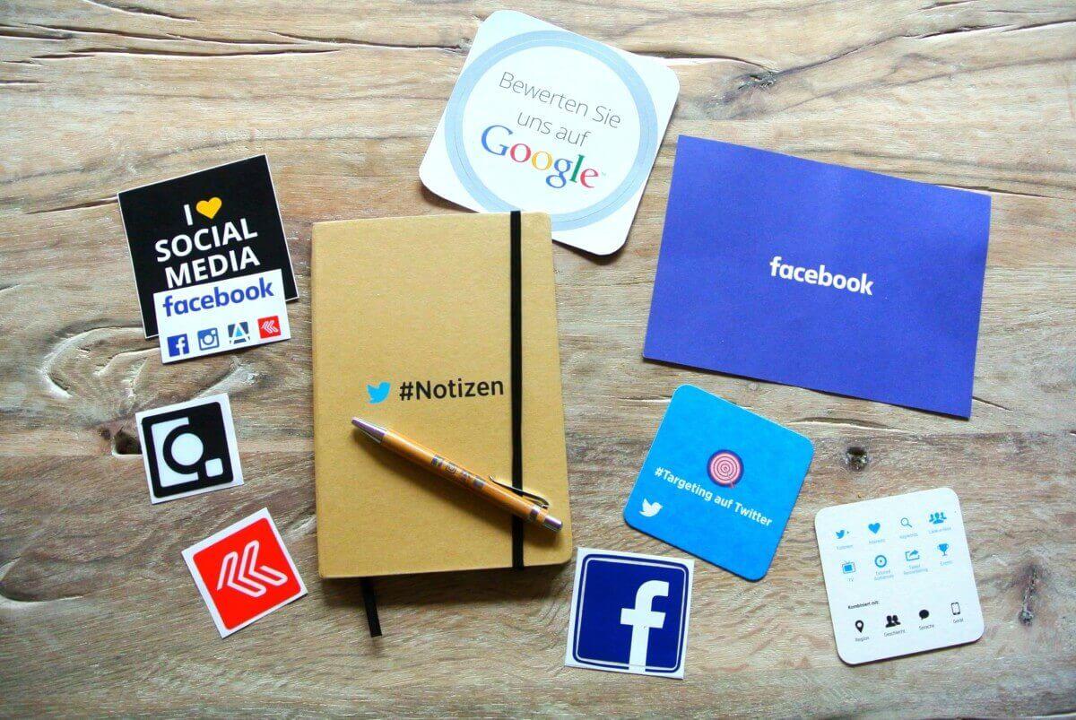 Loghi dei social network su un tavolo di legno chiaro