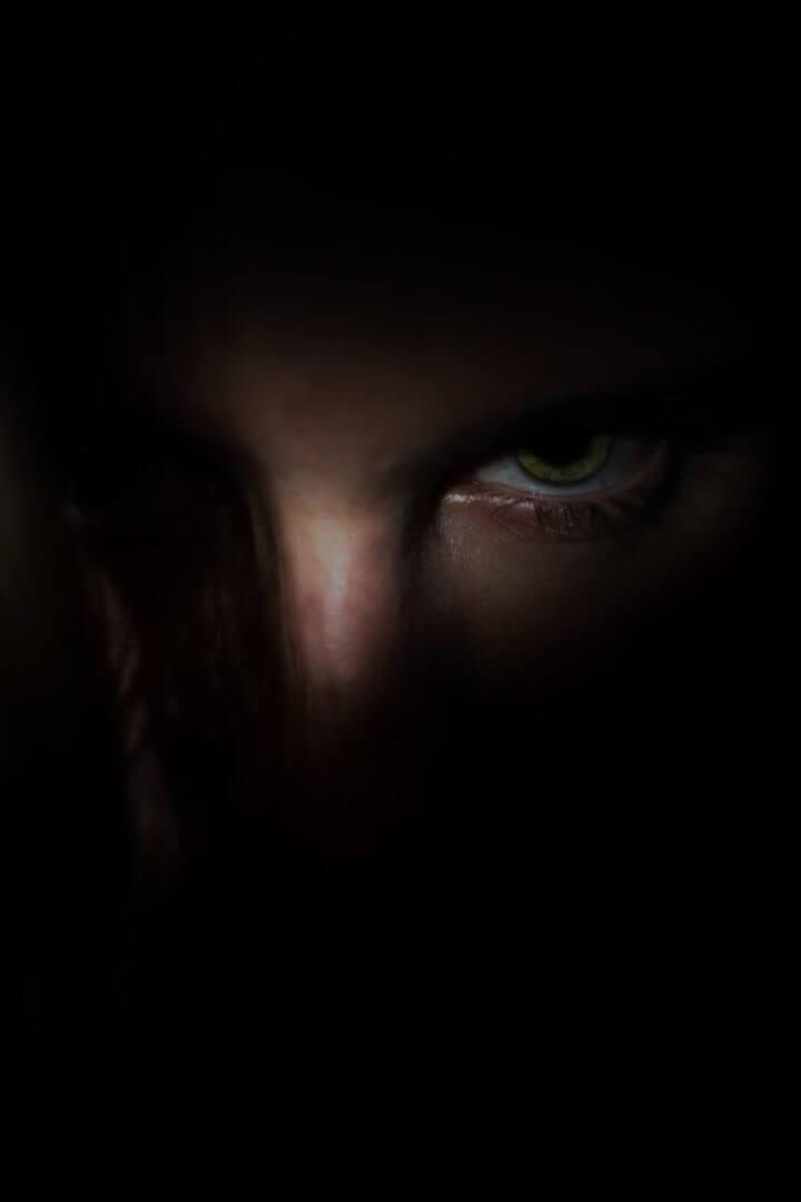 Viso che emerge parzialmente dall'oscurità